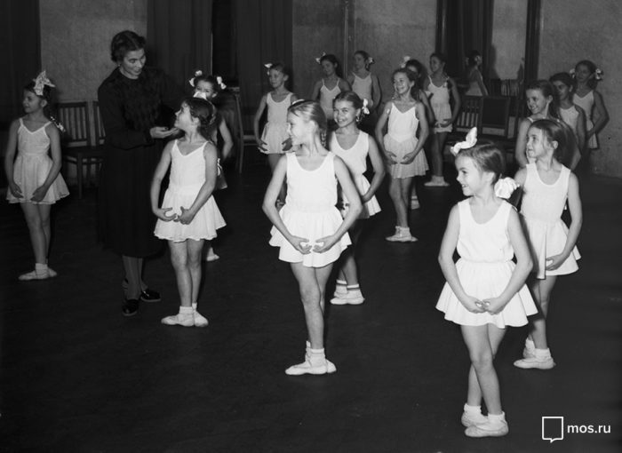 Ballet lessons; photo taken from: https://www.mos.ru/en/news/item/18650073/